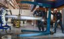 Duto-sanduíche. Coppe desenvolveu tubulação formada por duas camadas de aço e um material sintético mais resistente Foto: Marcelo Regua / Agência O Globo