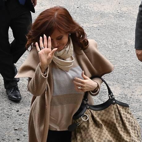 """Acusada. A ex-presidente e senadora Cristina Kirchner chega a uma corte federal em Buenos Aires, no dia 3 de setembro, para se apresentar diante do juiz Claudio Bonadio, como parte da investigação dos chamados """"cadernos da corrupção"""" Foto: EITAN ABRAMOVICH / EITAN ABRAMOVICH/AFP/3-9-2018"""