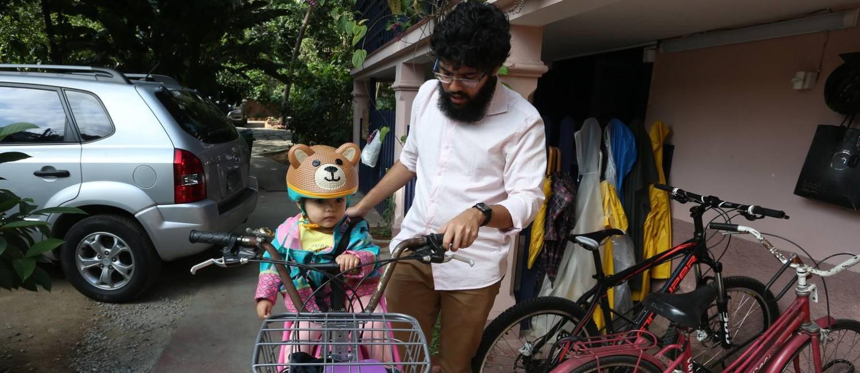 Aos 29 anos, Arlindo em geral utiliza a bike, inclusive para levar a filha à creche Foto: Pedro Teixeira / Agência O Globo
