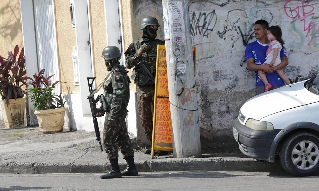 Militares do Exército no entorno do Complexo do Alemão Foto: Marcio Alves / Agência O Globo