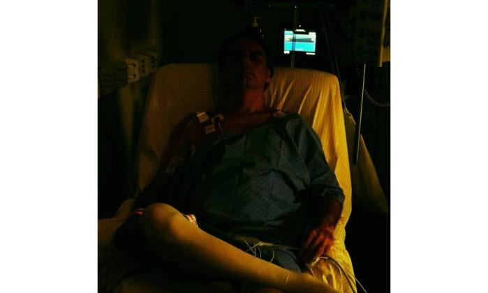 O candidato do PSL à Presidência, Jair Bolsonaro, divulga foto no hospital Foto: Reprodução