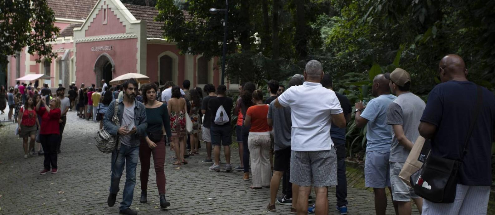 """Última chamada. Longas filas marcam o último dia de """"Queermuseu"""" no Parque Lage Foto: Leo Martins / Agência O Globo"""