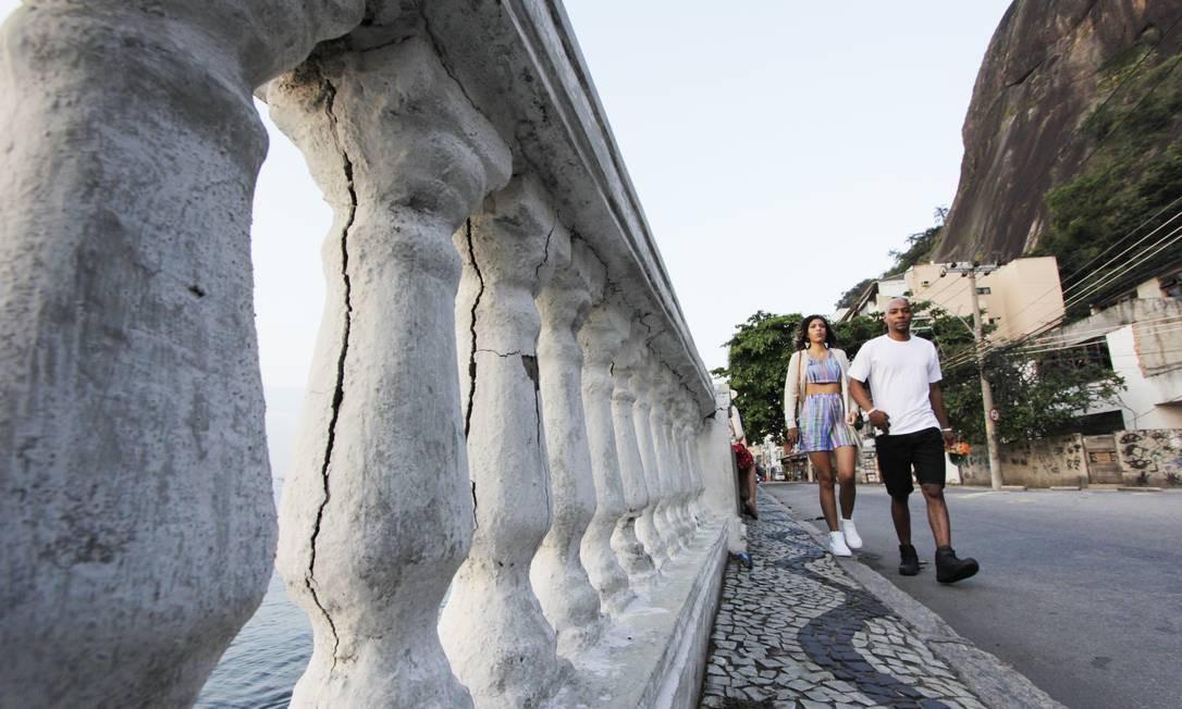 Risco. Pilares da ponte na Urca estão rachados e ameaçam segurança dos pedestres Foto: Paulo Nicolella / Agência O Globo