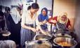 Meghan na cozinha com mulhueres da Hubb Community Kitchen Foto: HANDOUT / REUTERS