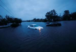 Carros abandonados na cidade de Wilmington, da Carolina do Norte, que está ilhada por conta da tempestade Florence Foto: JONATHAN DRAKE / REUTERS