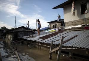 Cidadã filipina fica ilhada após passagem de tufão Mangkhut por Norte de arquipélago Foto: NOEL CELIS / AFP
