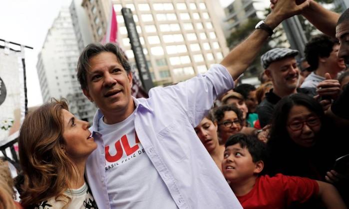 Estela e Fernando Haddad durante campanha neste fim de semana Foto: Nacho Doce / Reuters