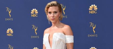 Scarlett Johansson linda de vestido branco e joias prateadas no Emmy 2018 Foto: VALERIE MACON / AFP