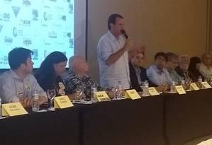 O candidato Eduardo Paes (DEM) em encontro com representantes do setor hoteleiro Foto: Mariana Martinez / O Globo