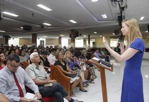 Danielle Cunha conversa com eleitores na Igreja Batista Nova Filadélfia, em São João de Meriti Foto: Reprodução