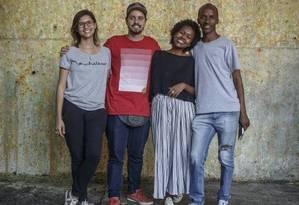 Equipe da Jacaré Moda: projeto virou negócio há três anos Foto: Agência O Globo