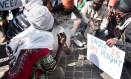 Pessoas fumaram maconha em frente ao tribunal para comemorar a decisão Foto: WIKUS DE WET / AFP