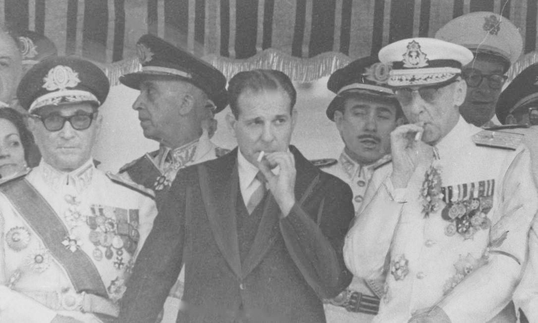 Então presidente, João Goulart assiste aos desfiles de 7 de setembro em 1963, ao lado de ministros e militares Arquivo / Agência O Globo
