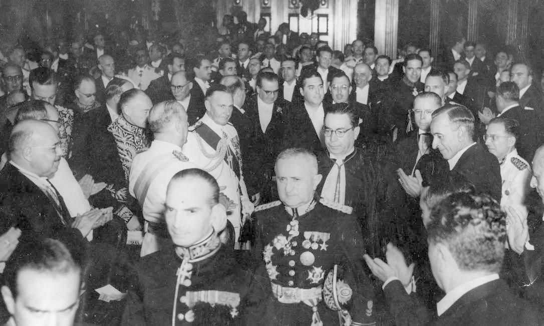No centro, o general Eurico Gaspar Dutra é empossado presidente do Brasil em 1946, no Palácio Tiradentes, atual Assembléia Legislativa do Estado do Rio de Janeiro (Alerj) Foto: Arquivo / Agência O Globo