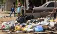 Acúmulo de lixo nas ruas favorece o acúmulo de águas das chuvas, o que é um fator de risco para disseminação de doenças como dengue Foto: Thiago Freitas / Agência O Globo