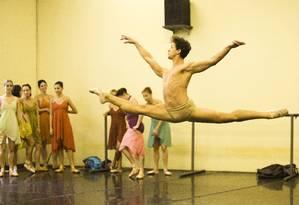 Bailarinos ensaiam no prédio anexo do Teatro Municipal Foto: Mônica Imbuzeiro / Agência O Globo