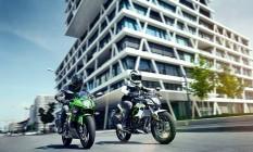 Juntas, a Ninja 125 (à esquerda) e a Kawasaki Z125, sua versão sem carenagem Foto: Divulgação