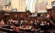 Deputados durante votação de emenda que suspendeu venda de ações da Cedae Foto: Julia Passos / Divulgação Alerj