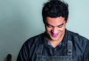 Chef Thiago Castanho prepara uma das receitas publicadas no livro 'Cozinheiros em ação': broa de fubá e banana assada na folha de bananeira Foto: Divulgação/Leo Feltran