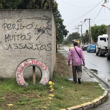 Pichação com alerta está no muro há seis meses Foto: Ricardo Rigel / O Globo