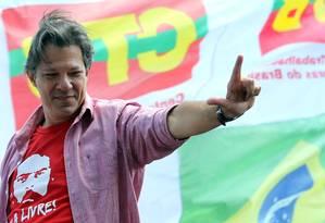 Fernando Haddad durante campanha em São Paulo Foto: PAULO WHITAKER / REUTERS