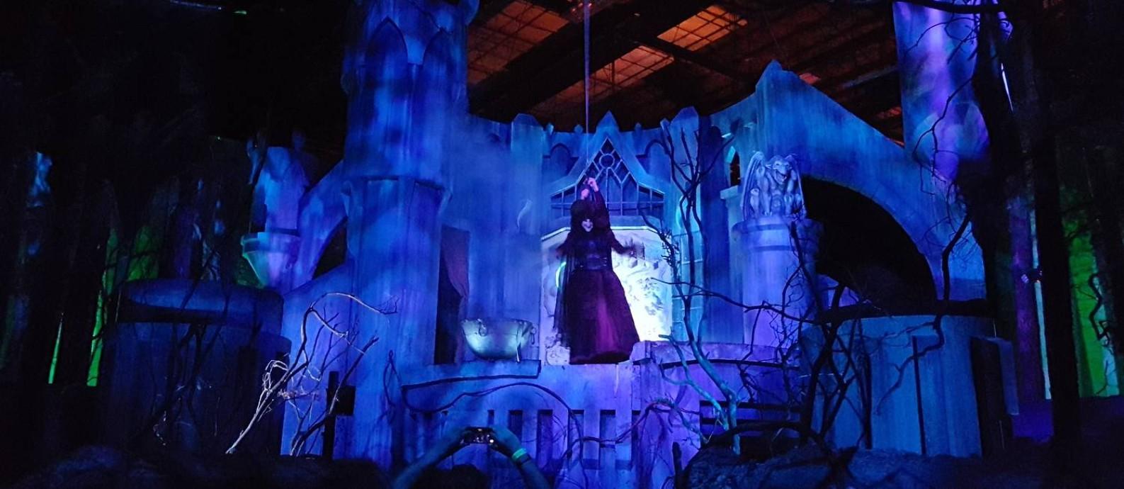 """A Bruxa Má do Oeste aparece logo na entrada de """"ScareTales"""", uma das dez casas assombradas do Halloween Horror Nigts, da Universal de Orlando Foto: O Globo / Eduardo Maia"""