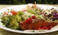 Colorido. Salmão e salada: variedade do bufê foi um dos principais trunfos do Oliva no concurso Foto: fotos de marcelo de jesus