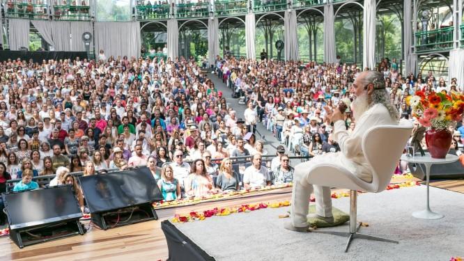 Prem Baba fala a seus discípulos durante o Congresso Internacional de Felicidade, realizado no ano passado na Ópera de Arame, em Curitiba Foto: Rubens Nemitz Júnior