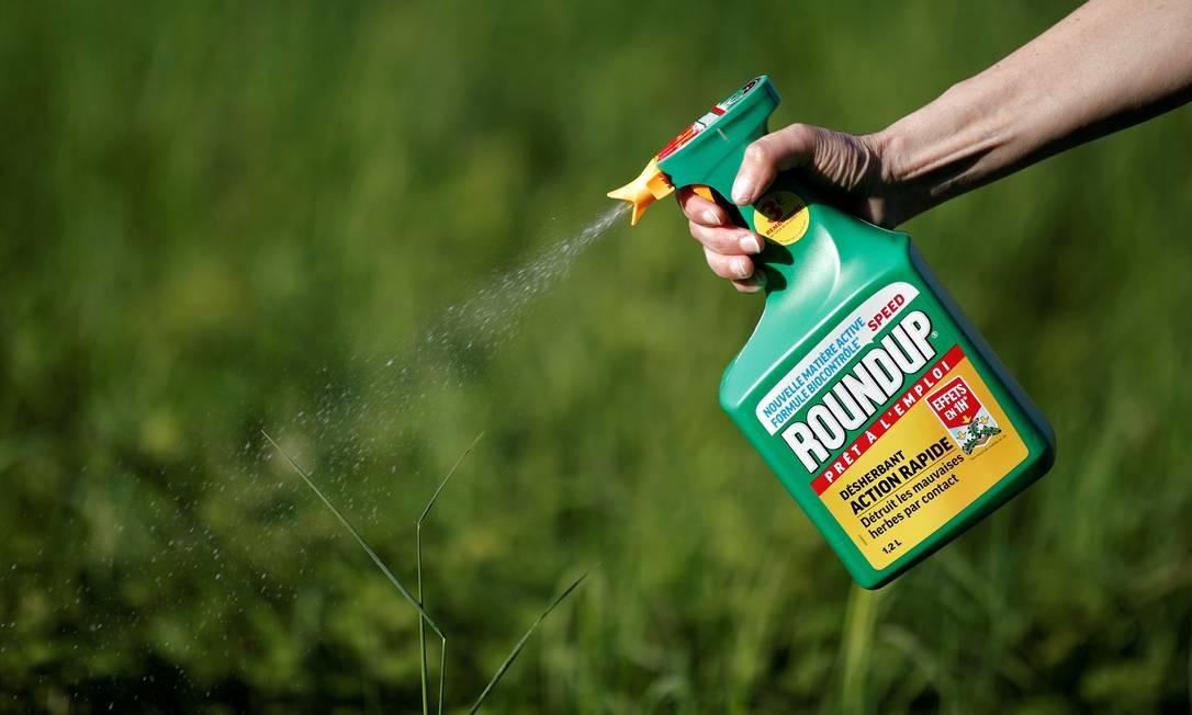 Mulher usa o herbicida Roundup, da Monsanto, em jardim em Ercuis, perto de Paris, França: produto contém glifosato, substãncia que jardineiro diz ter lhe causado câncer Foto: Reuters/Benoit Tessier/06-05-2018