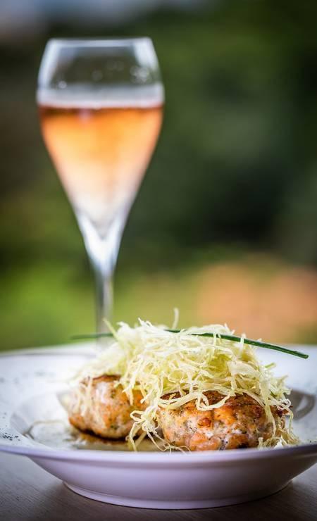 La Belle Bruna: hamburguinho de salmão com alho poró Foto: Agência O Globo