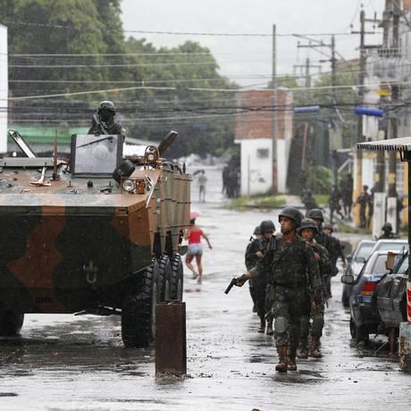 Militares durante a operação conjunta com policiais na Vila Kennedy: comunidade da Zona Oeste foi laboratório para intervenção Foto: Pablo Jacob / Pablo Jacob - 23/02/2018