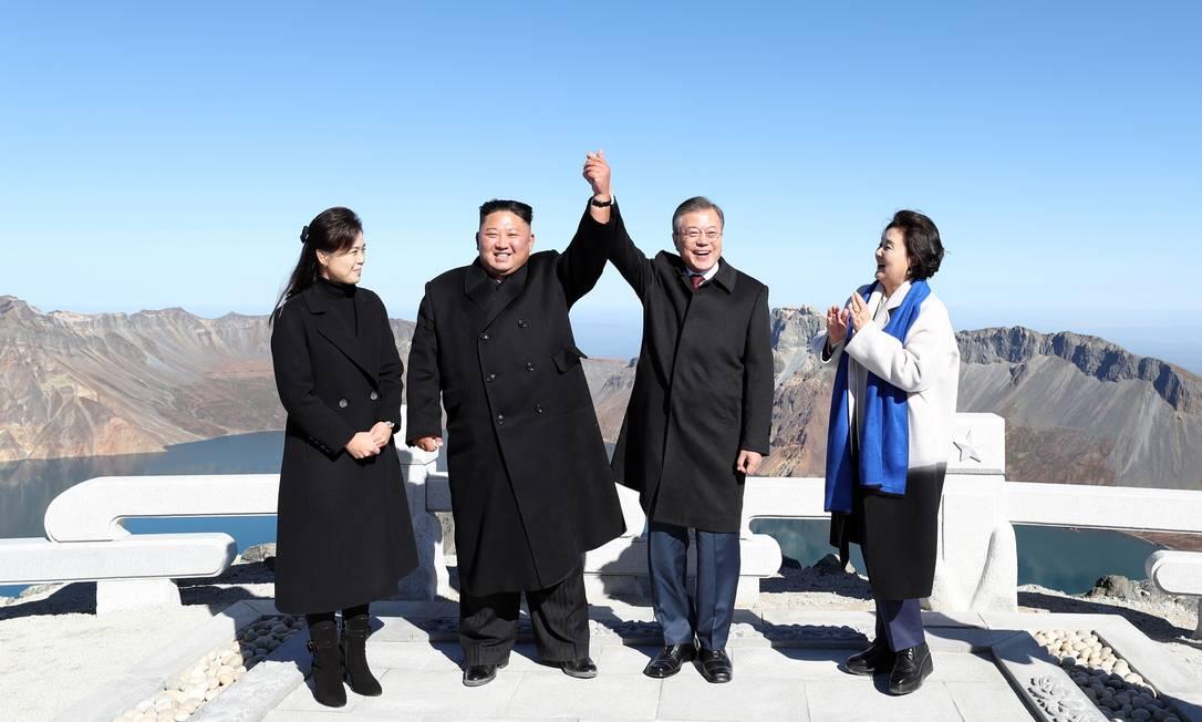 Os líderes das Coreias, Kim e Moon, e suas esposas no topo da montanha sagrada Foto: - / AFP