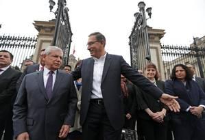 O presidente Martín Vizcarra (D) recebe o primeiro-ministro Cesar Villanueva no portão do palácio presidencial em Lima: vitória Foto: HANDOUT / REUTERS/19-9-2018