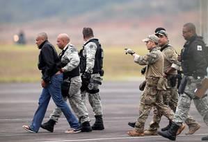 Adélio Bispo de Oliveira é escoltado por policiais federais no aeroporto de Juiz de Fora Foto: Ricardo Moraes/Reuters