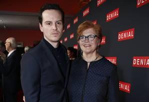 Deborah Lipstadt posa ao lado do ator Andrew Scott na estreia do filme 'Denial', baseado em livro de sua autoria Foto: Joel Ryan / Associated Press