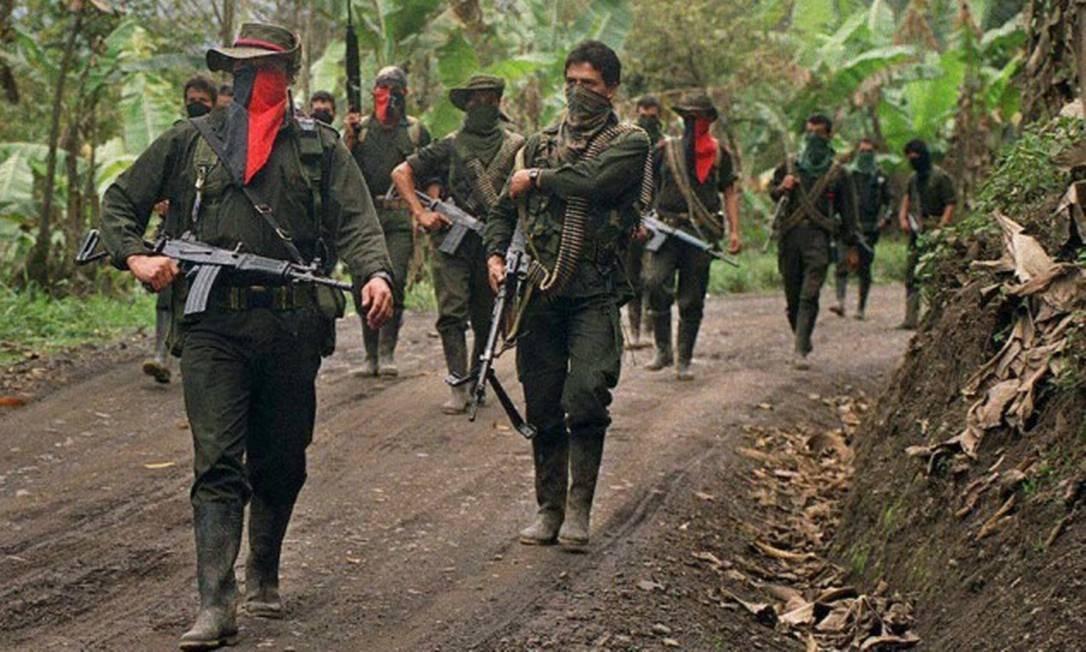 No ano 2000, guerrilheiros do Exército de Liberação Nacional (ELN) patrulham em área de mata na Colômbia; conflito com grupo armado ainda não tem perspectiva concreta de paz Foto: AFP