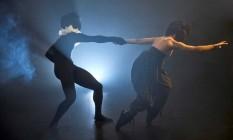 Mascarados. Bailarinos dançam com os rostos cobertos: ideia do coreógrafo Alex Soares é que, no desenrolar da história, papéis femininos e masculinos não sejam identificados Foto: Divulgação