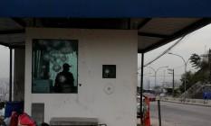 Cabine blindada às margens da Autoestrada Grajaú-Jacarepaguá, recordista de interdições este ano; de acordo com levantamento da CET-Rio, a via foi fechada 22 vezes devido a confrontos entre PMs e bandidos Foto: Fabiano rocha / Agência O Globo