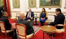 A governadora de Roraima, Suely Campos, reunida com o presidente Nicolás Maduro (à direita) em Caracas: acordo para repatriar venezuelanos Foto: Divulgação