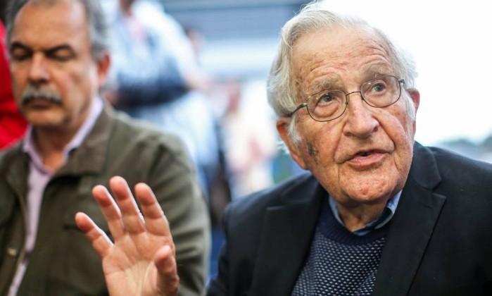 Noam Chomsky fala com a imprensa, ao lado de Aloizio Mercadante, após visitar Lula na prisão em Curitiba Foto: Heuler Andrey / AFP