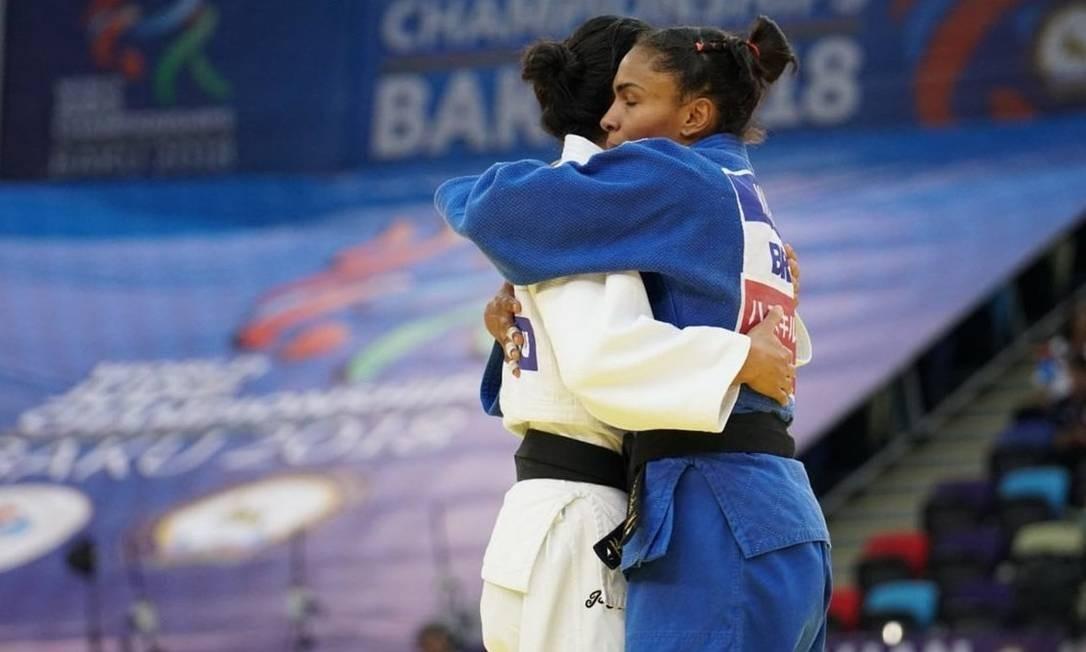 6626d3e679a Érika Miranda abraça Jéssica Pereira após vitória em Baku Foto  Rodofl  Vilela Divulgação