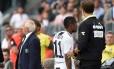 Douglas Costa deixa o campo após ser expulso contra o Sassuolo por cuspir em um adversário Foto: Massimo Pinca / Reuters