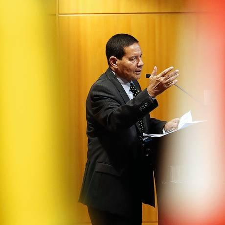 """O general Antônio Hamilton Mourão durante palestra no Secovi, o sindicato do mercado imobiliário, na qual falou que não será um vice """"decorativo"""" Foto: Paulo Whitaker / Reuters"""