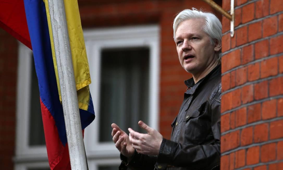 Julian Assange faz discurso em sacada da embaixada do Equador em Londres, onde está confinado desde 2012: jornal afirma que Rússia planejou fuga de fundador do Wikileaks em 2017 Foto: DANIEL LEAL-OLIVAS / AFP