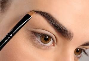 Cuidados essenciais para acertar no desenho da sobrancelha Foto: Shutterstock