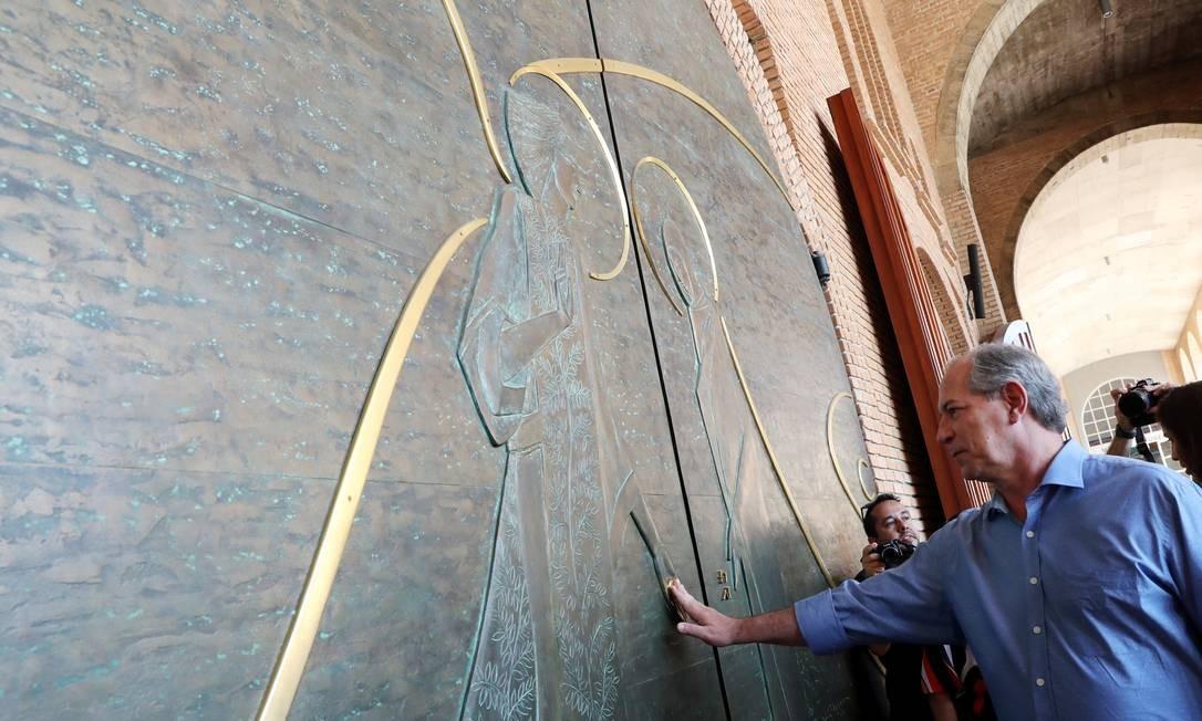 Ciro Gomes (PDT), que ocupa a terceira colocação nas pesquisas de intenção de voto para presidente, visita a Basílica de Nossa Senhora de Aparecida, no dia 21/09 Foto: Paulo Whitaker / Reuters