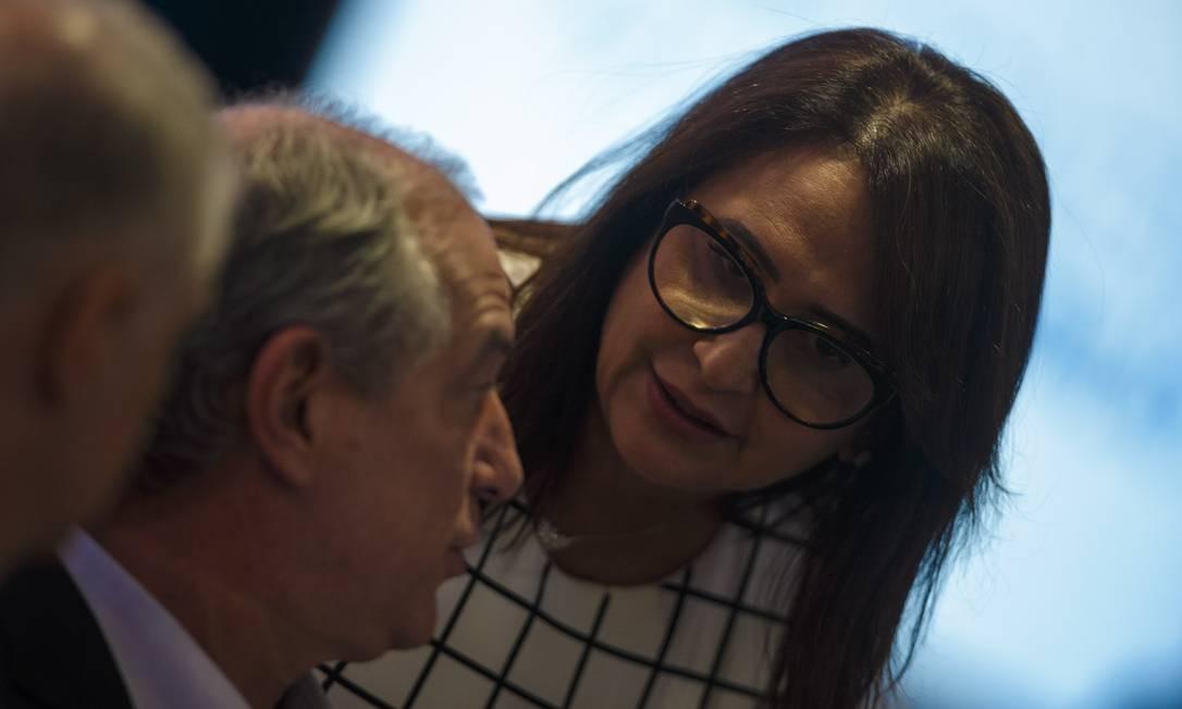 Kátia Abreu conversa com Ciro Gomes, em Brasília. Ela é vice da chapa do ex-governador do Ceará, e centro de algumas polêmicas em sua campanha por conta de sua posição sobre o agronegócio Foto: Daniel Marenco / Agência O Globo
