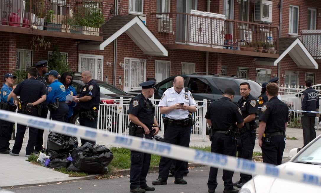 Policias diante do prédio onde funcionava a creche, no Queens, em Nova York Foto: LLOYD MITCHELL / REUTERS