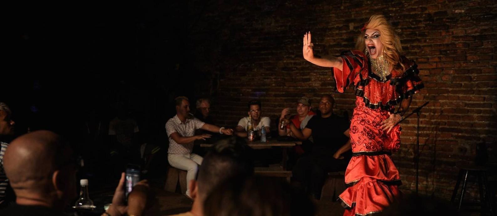 """A drag queen Cindy se apresenta no centro cultural El Mejunje, em Santa Clara, Cuba: cidade que """"adotou"""" Che se destaca pela inclusão Foto: YAMIL LAGE / AFP"""