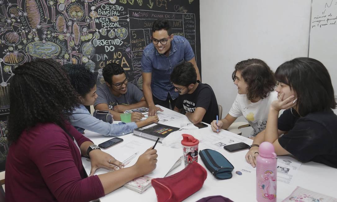 Idealizador. Bruno Souza (de pé) com alunos da Brun Foto: Márcio Alves